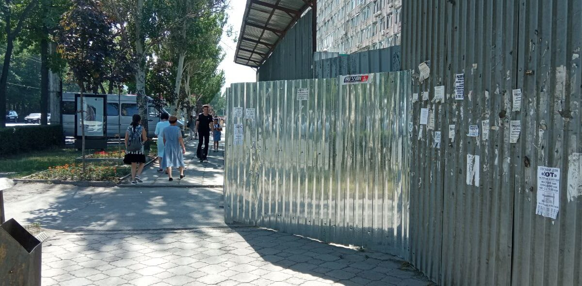 Опасно для жизни. Пешеходы в Бишкеке рискуют провалиться в глубокий котлован