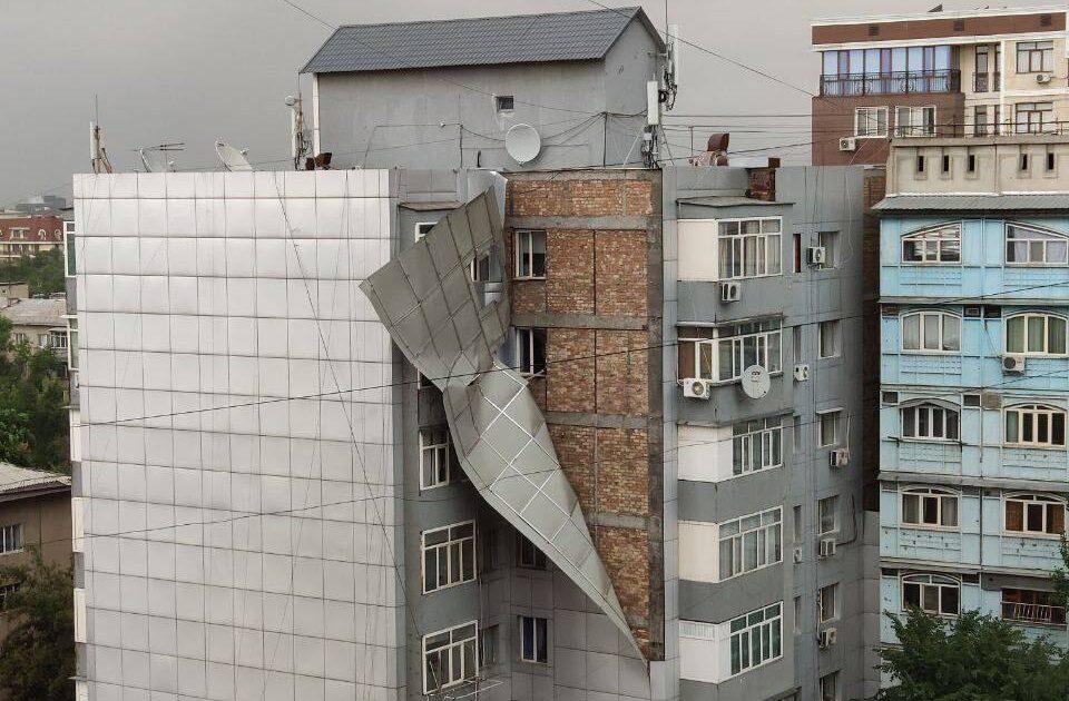 Фасад многоэтажки в Бишкеке не выдержал порыва ветра (фото)