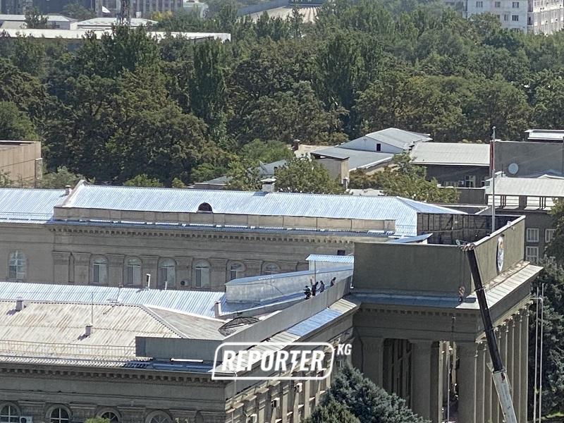 Не только здание МВД. В доме правительства тоже ремонт – меняют крышу (фото)