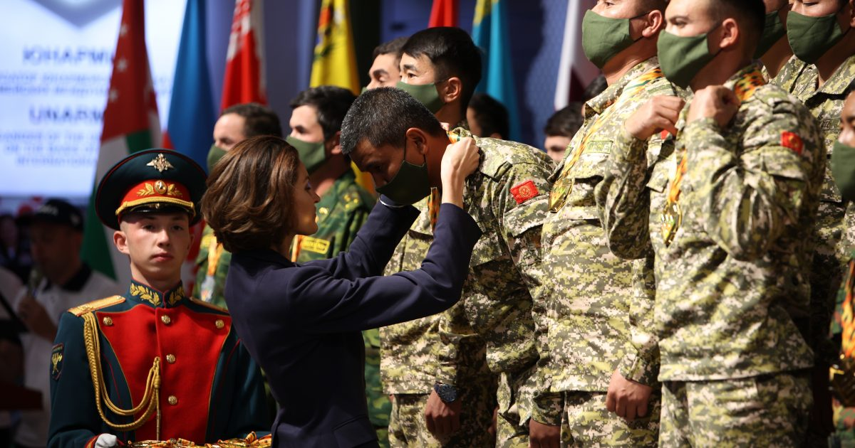 Золото у Кыргызстана. Церемония награждения победителей танкового биатлона