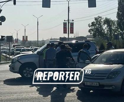 На Айтматова-Токомбаева столкнулись Land Cruiser Prado и Toyota ist (фото)