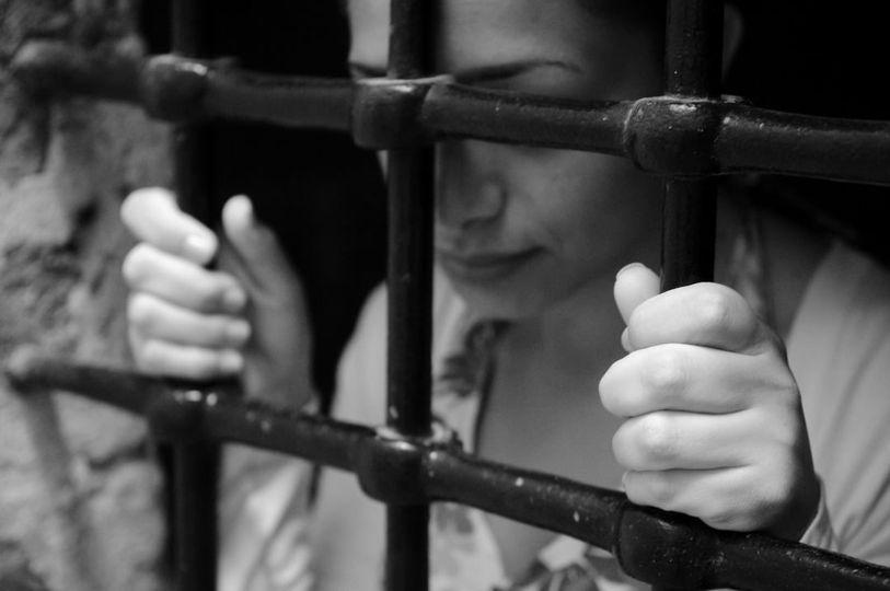 «Трогала за интимные места». Сотрудница СИЗО Джалал-Абада домогалась арестантки