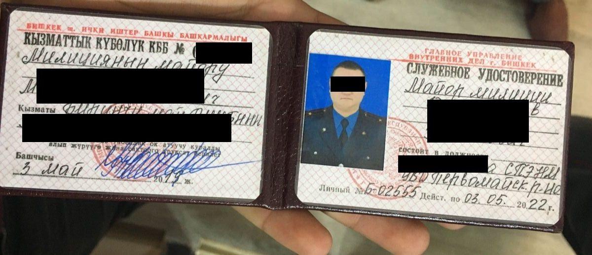 Фото — Задержан майор ГУВД Бишкека. Он вымогал $500 и дорогое сувенирное изделье