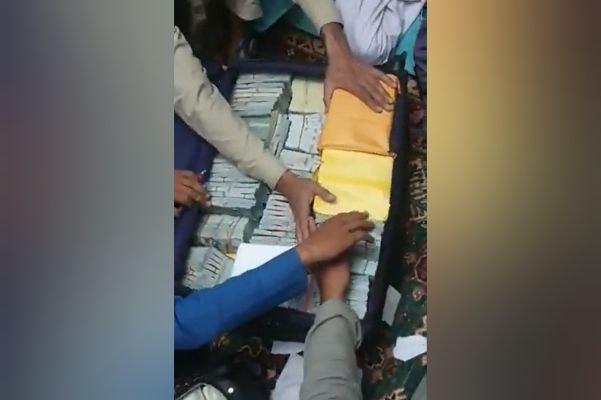 Талибы заявили, что нашли в доме вице-президента Амруллы Салеха золото и $6 млн