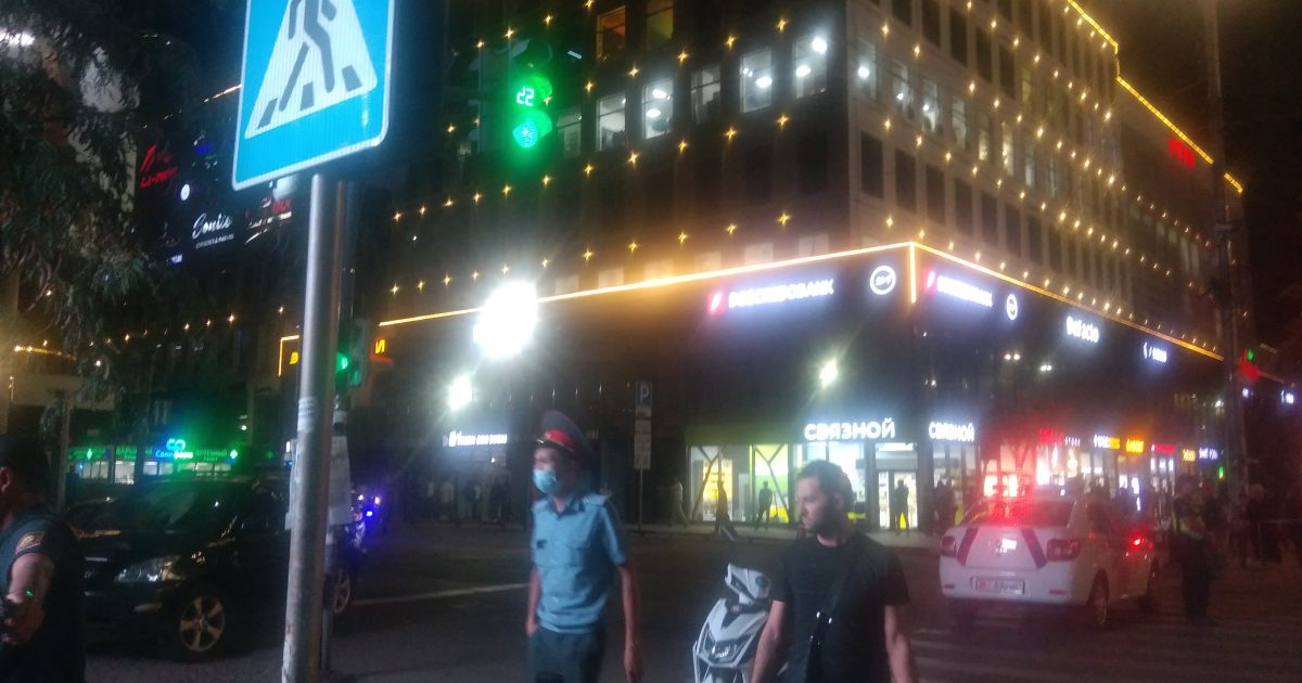 Бишкек: Чынар соода үйүнүн жаны курчоого алынууда