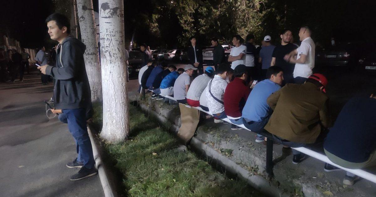 У здания МВД в поддержку политиков собираются люди