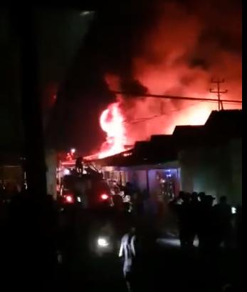 Баткен: Борбордук базардан өрт чыкты (Видео)
