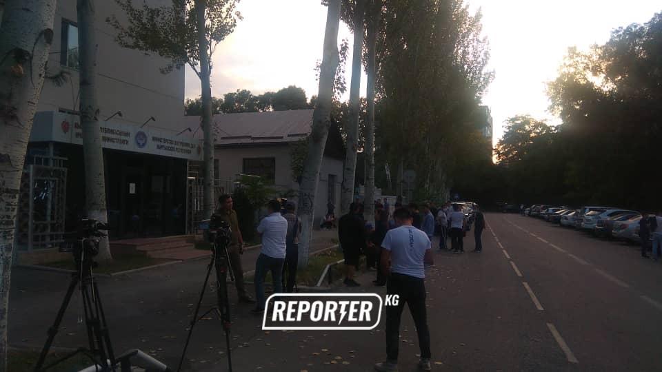 Сулайманов, Акаевди колдоп саясатчылар да келип жатат